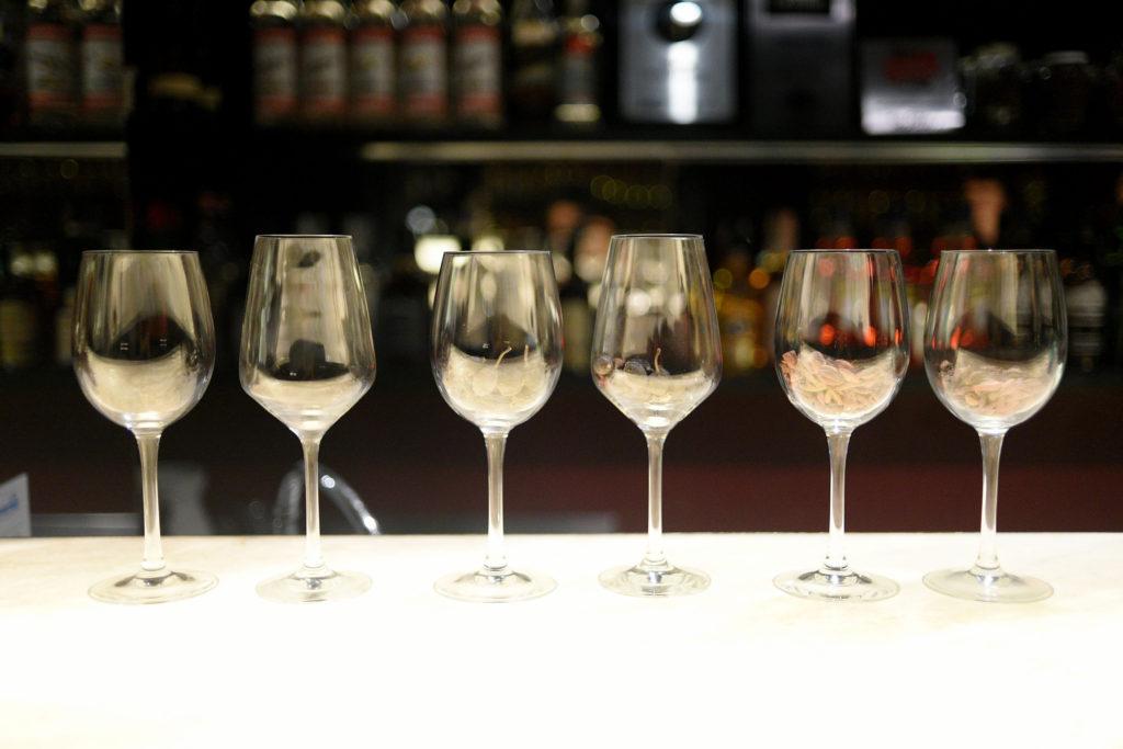 Como é feito o gin? Conheça o processo de destilação