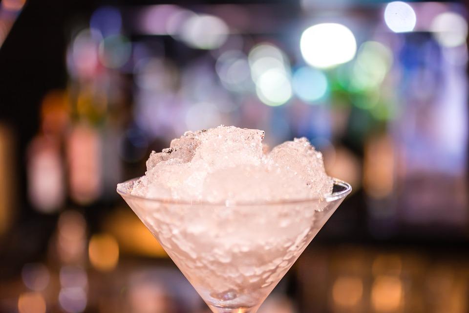 Como fazer o gelo perfeito para seu drink